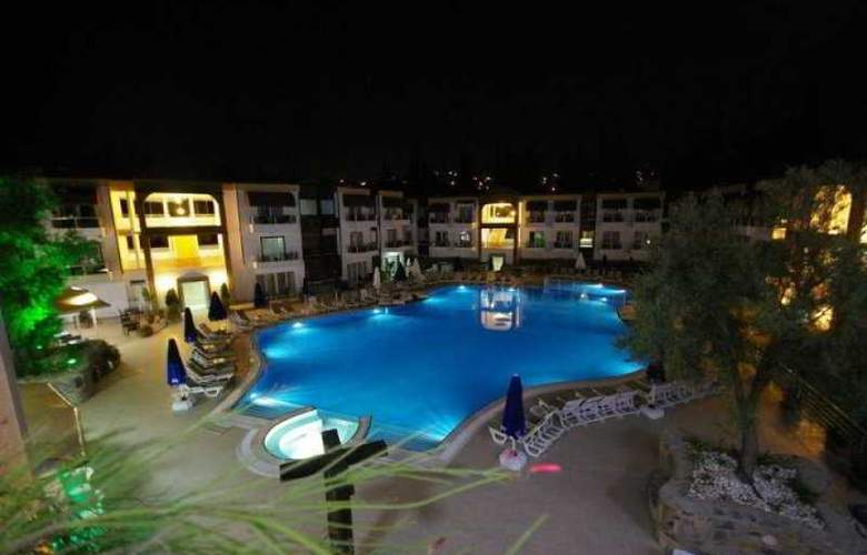 Risa Hotel - Pool - 15