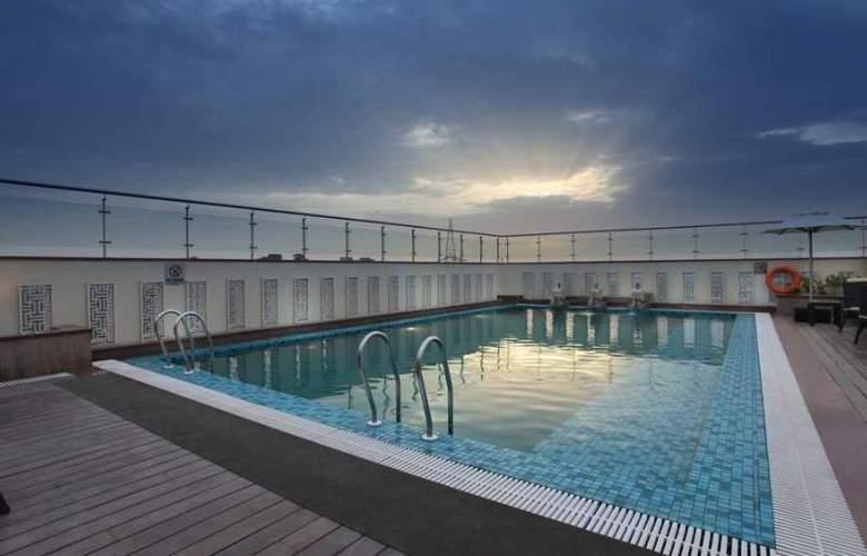 Mahagun Sarovar Portico Suites Ghaziabad - Pool - 3