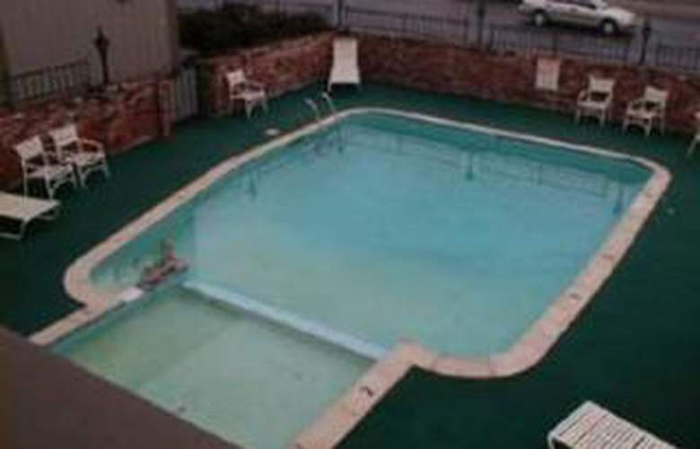 Quality Inn Eureka - Pool - 3