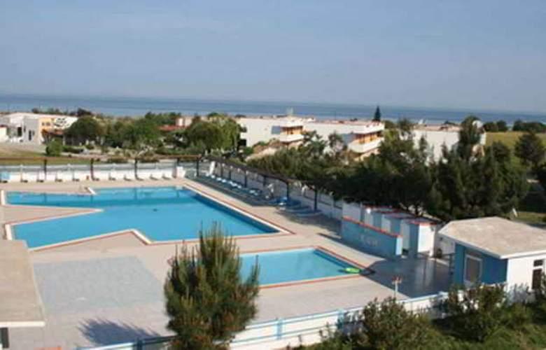 Kum Hotel - Pool - 14