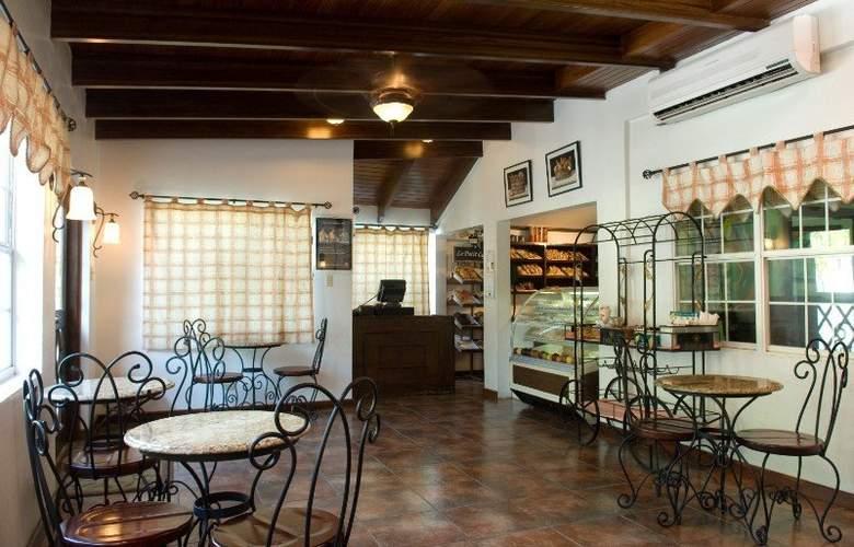 Radisson Fort George Hotel & Marina - Bar - 3
