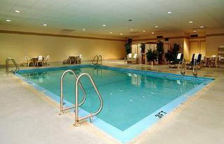 Clarion Hotel & Conference Center - Pool - 6