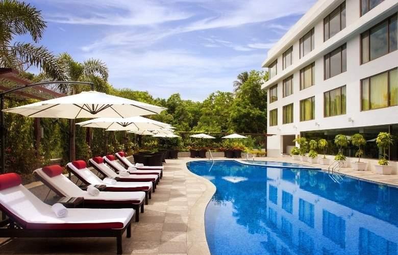 Radisson Blu Plaza Hotel Hyderabad Banjara Hills - Pool - 2