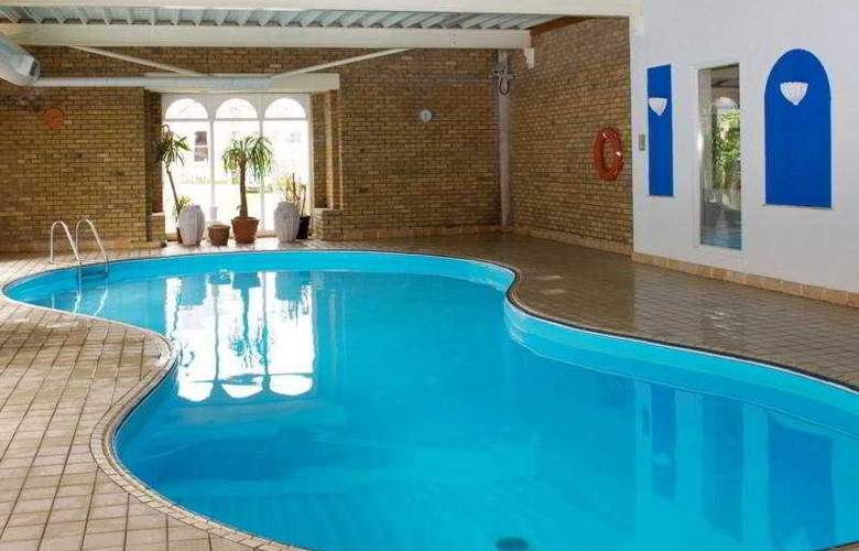 Finnstown Country House Hotel - Pool - 3
