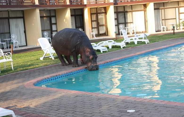 Elephant Lake Hotel - Pool - 8