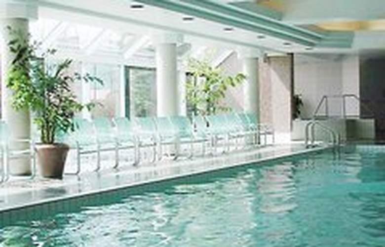 Hilton Suites Toronto Markham - Pool - 7