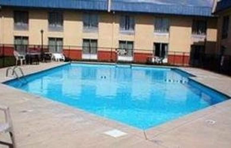 Quality Inn East - Pool - 4