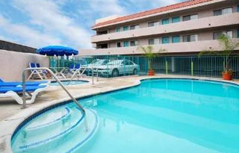 Quality Inn - Pool - 5