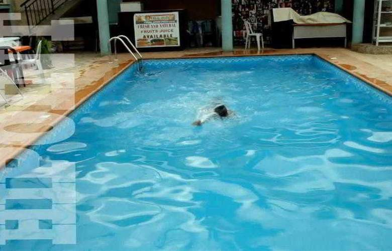 Hipoint Hotel and Suites - Pool - 3
