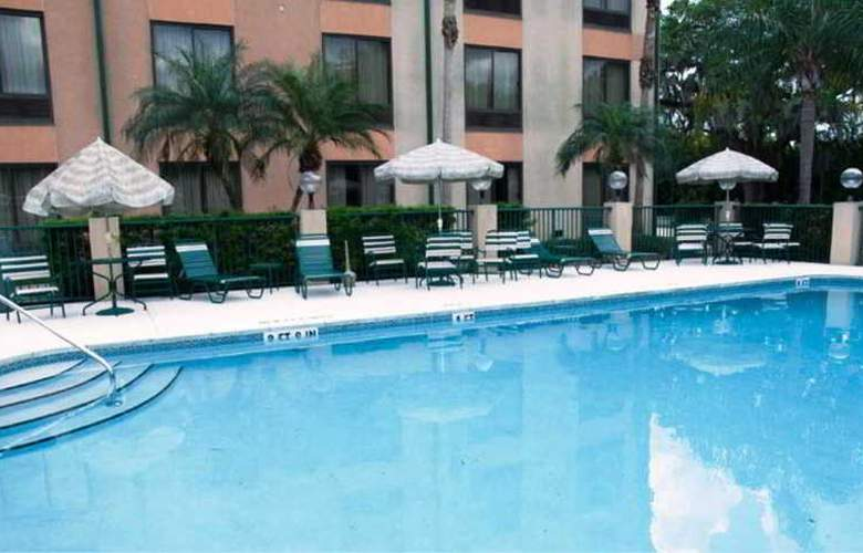Comfort Suites - Pool - 7