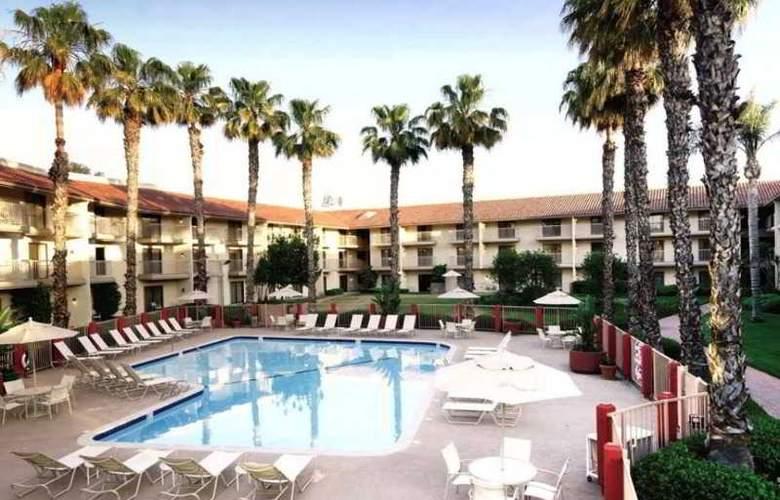 DoubleTree by Hilton Hotel Bakersfield - Pool - 14