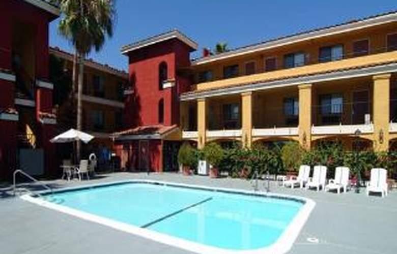 Comfort Inn & Suites Near Folsom Lake - Pool - 5