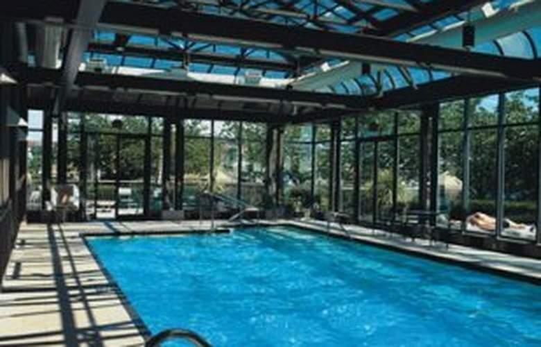 Delta Victoria Ocean Pointe Resort & Spa - Pool - 4