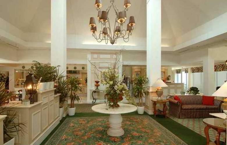Hilton Garden Inn Airport - Hotel - 4