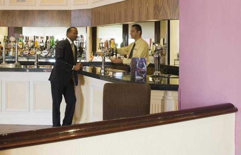 Doubletree by Hilton Dartford Bridge - Bar - 4