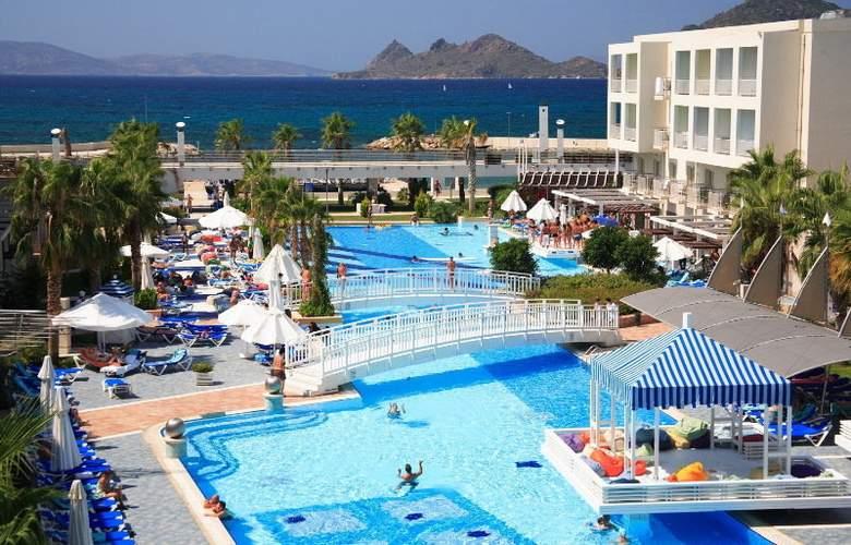 La Blanche Resort & Spa - Pool - 5